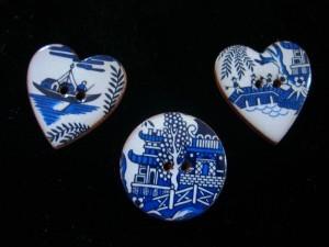 Blue Willow buttons, ceramic ©booksandbuttons