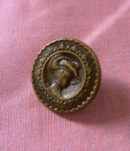 brass button of a lady with a Paris backmark AP & Cie ©booksandbuttons