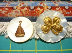 shell buttons with sailboat, with clover ©booksandbuttons