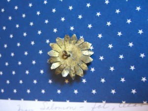 back of metal floral button ©booksandbuttons