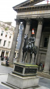 statue of the Duke of Wellington in front of the Gallery of Modern Art in Glasgow©booksandbuttons