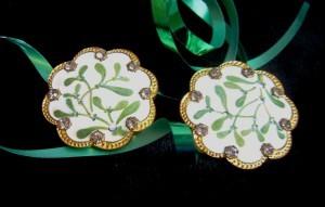 a pair of mistletoe buttons ©booksandbuttons